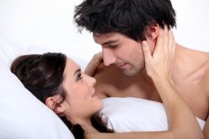 Pareja abrazada en una cama
