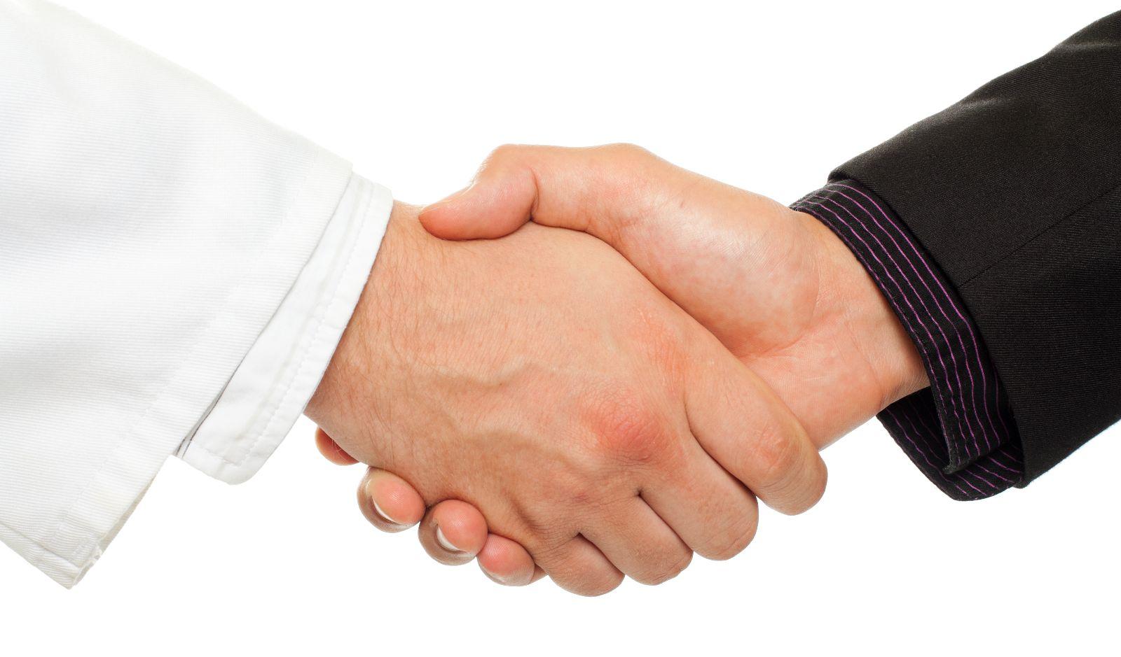 Manos de médico y ejecutivo