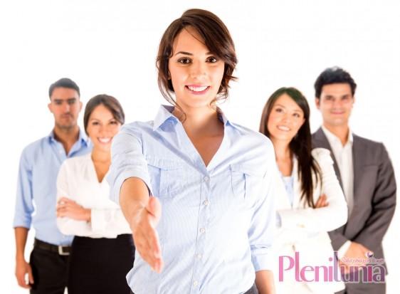 Mujer ejecutiva extendiendo la mano en el fondo mujeres y hombres observando