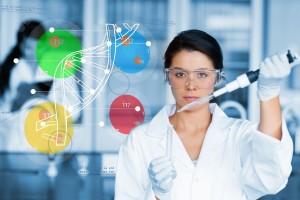 Mujer trabajando trabajando con diagrama de hélice de ADN
