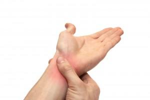 Los fuertes dolores en articulaciones, como codos, muñecas, hombrros, rodillas, tobillos, etcétera, es característica común de la artritis reumatoide.
