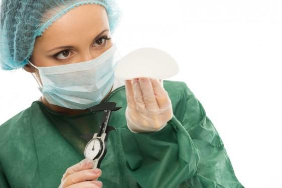 Cirujana revisando un implante de mama
