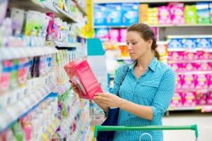 mujer comprobando el etiquetado de los alimentos