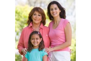 Abuela, madre y nieta juntas en un parque