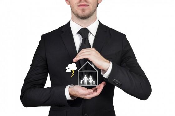 Hombre protegiendo iconos de casa con familia
