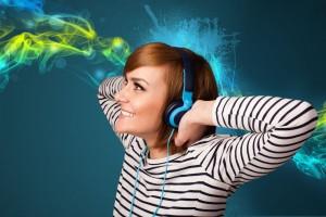 oven mujer escuchando música con auriculares