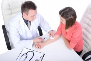 médico aplicando una jeringa en el brazo de una paciente