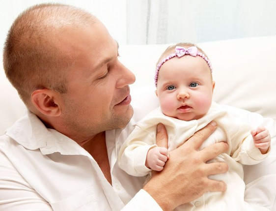 Hombre abrazando a recién nacida