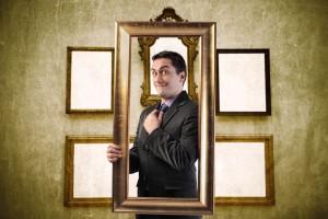 Persona enmarcandose en cuadro dorado
