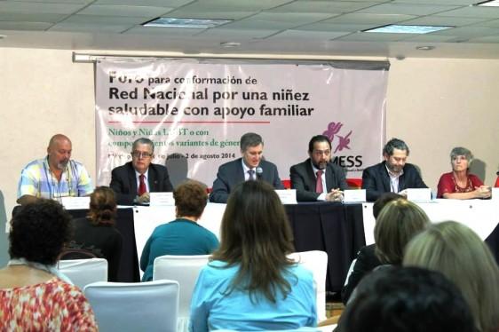 Personas sentadas dando conferencia de prensa