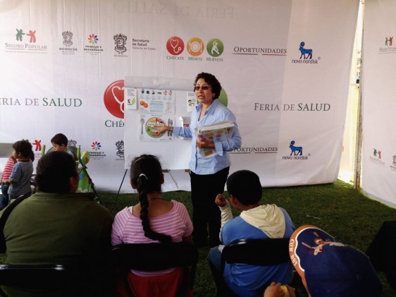 Mujer con presentación del plato saludable