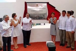 Funcionarios aplaudiendo con placa del Hospital Comunitario Bacalar