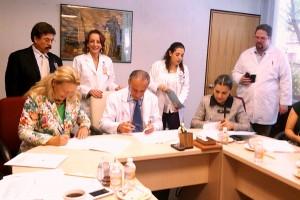 Dr. Jorge Arturo Cardona Pérez y la Dra. Vesta Richardson firmando un documento