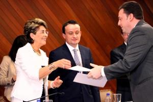 Mercedes Juan y Mikel Arriola entregando un documento a una persona