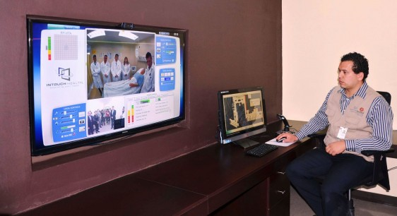 Médico observando pantalla y manipulando controles