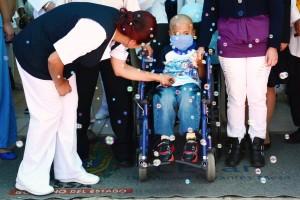Niño en silla de ruedas en una celebración