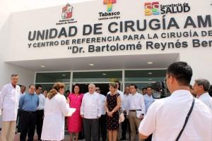 """Funcionarios enfrente de la fachada del Hospital Regional de Alta Especialidad """"Dr. Gustavo A. Rovirosa Pérez"""" la Unidad de Cirugía Ambulatoria y Centro de Referencia para la Cirugía de Salud Reproductiva"""
