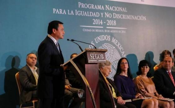 """Miguel Ángel Osorio Chong exponiendo su presentación al fondo un anuncio del """"Programa Nacional para la Igualdad y No Discriminación 2014 - 2018"""""""