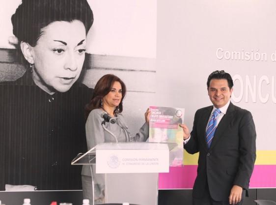 Blanca Alcalá y Zoé Robledo sosteniendo documento de convocatoria al fondo imaden de Rosario Castellanos