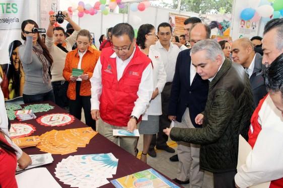 doctor Gabriel O´Shea en compañía del muralista Israel Guerra Romero, y el secretario de Salud de Michoacán, Carlos Aranza Doniz enfrente de un local con folletos informativos