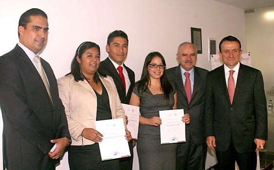 Nancy Peláez Gómez, Emmanuel Salazar y Melisa Ávila Nava y Ramírez acompañados de Julián Olivas Ugalde y Mikel Arriola Peñalosa