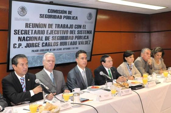Grupo de funcionarios sentados en una reunión de trabajo