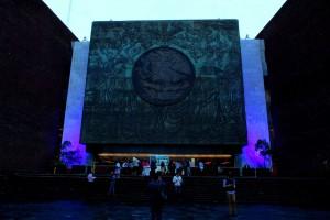 Entrada principal de San Lazaro iluminada de color azil