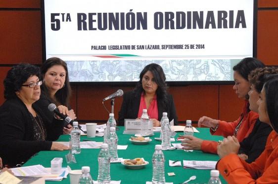 Legisladoras en una mesa de trabajo