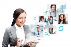 Mujer sosteniendo sosteniendo su tablet PC con olustraciones de pesonas correo ideas tiempo y buscar