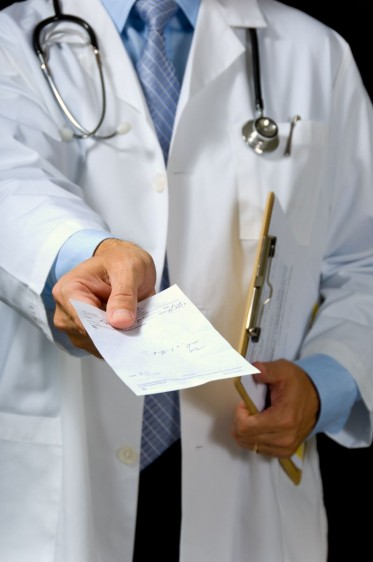 Médico entrega prescripción