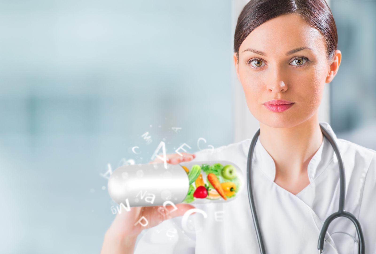 Doctora sosteniendo pildora con imágenes de vida saludable