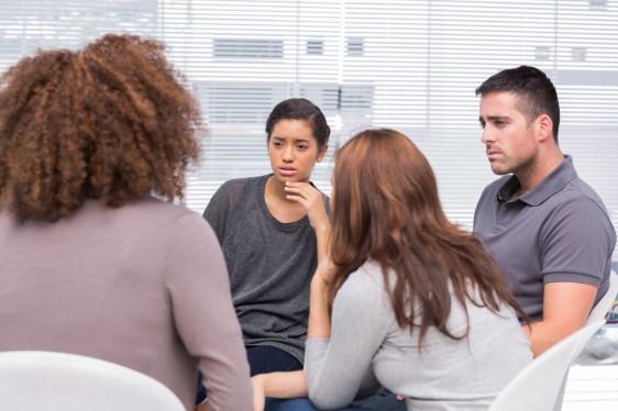 Grupo de jovenes en terapía de grupo
