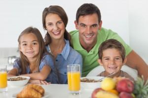 Familia con desayuno observando