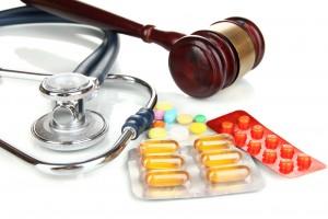 Mazo de juez con estetoscopio y medicamentos