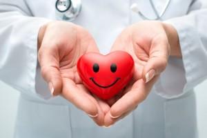 Figura de corazón con sonrisa en las manos de una médica