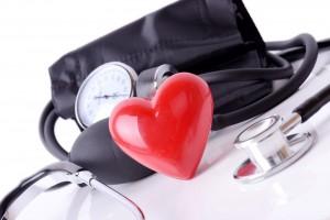 Figura de un corazón atrás equipo médico