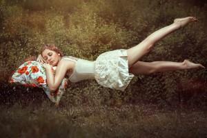 Mujer durmiendo y volando