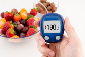 Una de las medidas que debe adoptar el paciente es medirse diariamente la glucosa en ayunas, la cual debe estar en un rango de 80 a 130, y 2 horas después de ingerir el desayuno, donde deberá tener un registro por debajo de 180.