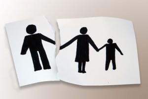 Hoja con ilustración de familia rompiendose