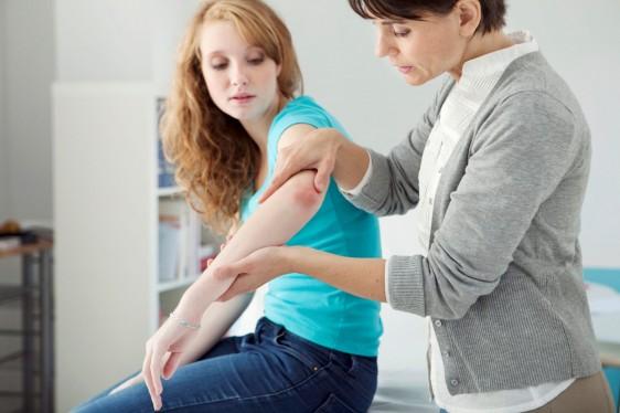 Dermatologa revisa la piel de una mujer