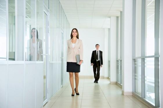 Mujer caminando en la oficina