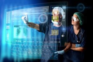Dos médicos enfrente de una pantalla operada por tacto