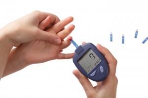 Acercamiento a las manos de una mujer midiendo glucosa a un nilo