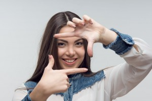 Adolescente encuadrando imagen como directora de película