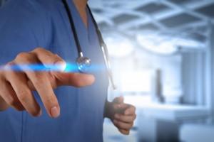Médico tocando pantalla digital