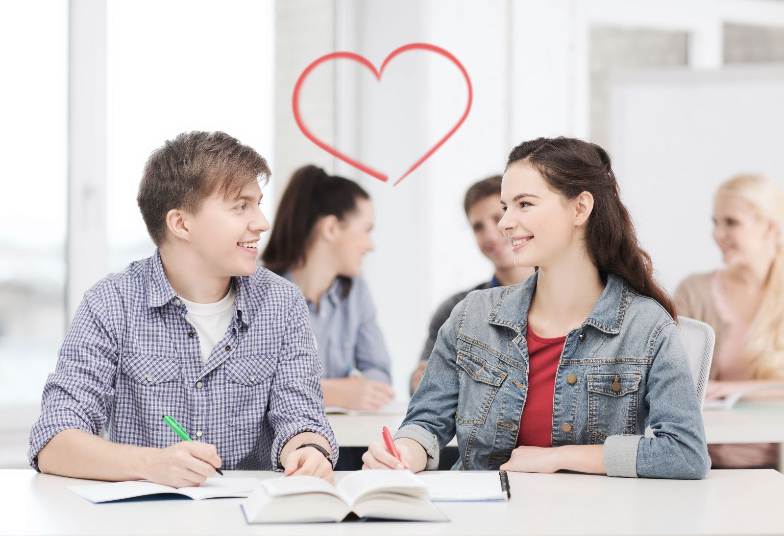Adolecentes mirandose a los ojos con una ilustración de un corazón arriba de ellos