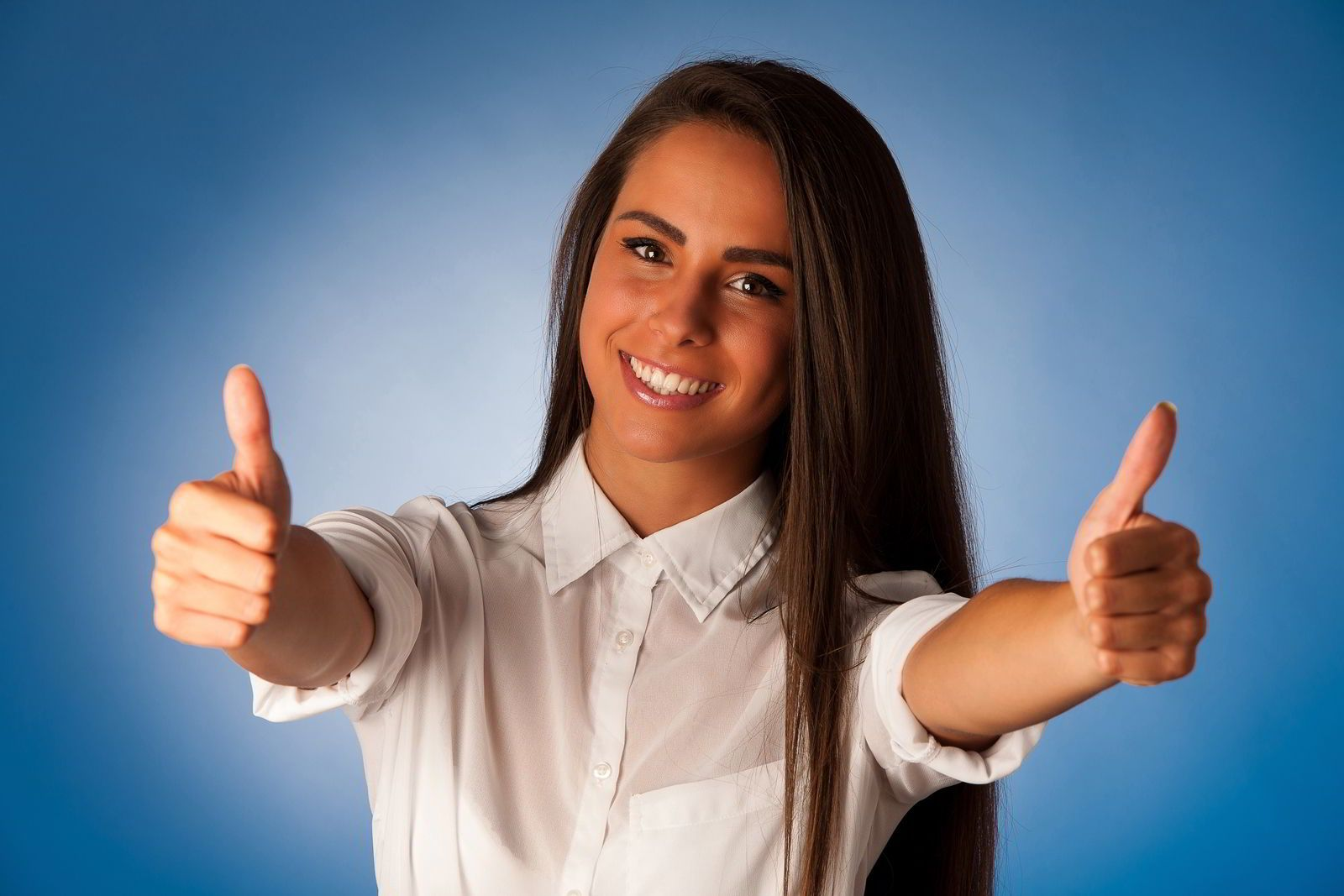 Mujer hispana con los dedos pulgares hacia arriba