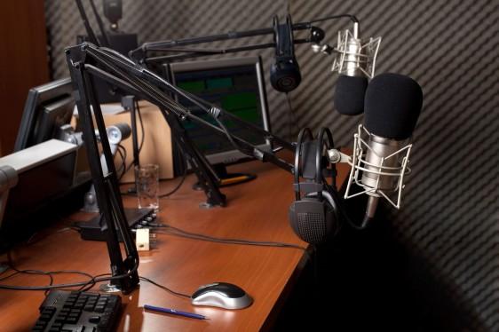 Cabina de radio con un micrófono y audifonos
