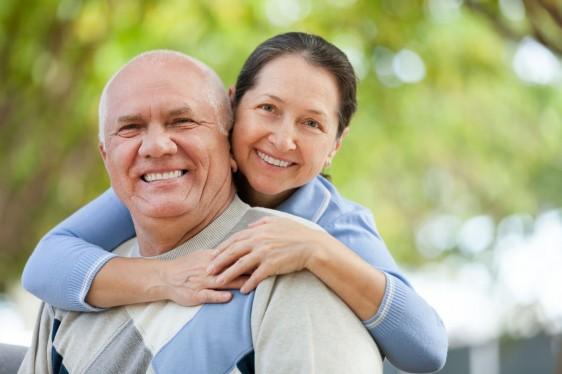 Pareja de adultos mayores ella abrazándolo a él