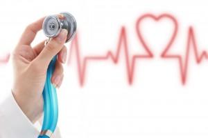 Mano de médico sosteniendo estetoscopio al fondo ilustración de electrocardiograma con forma de corazón